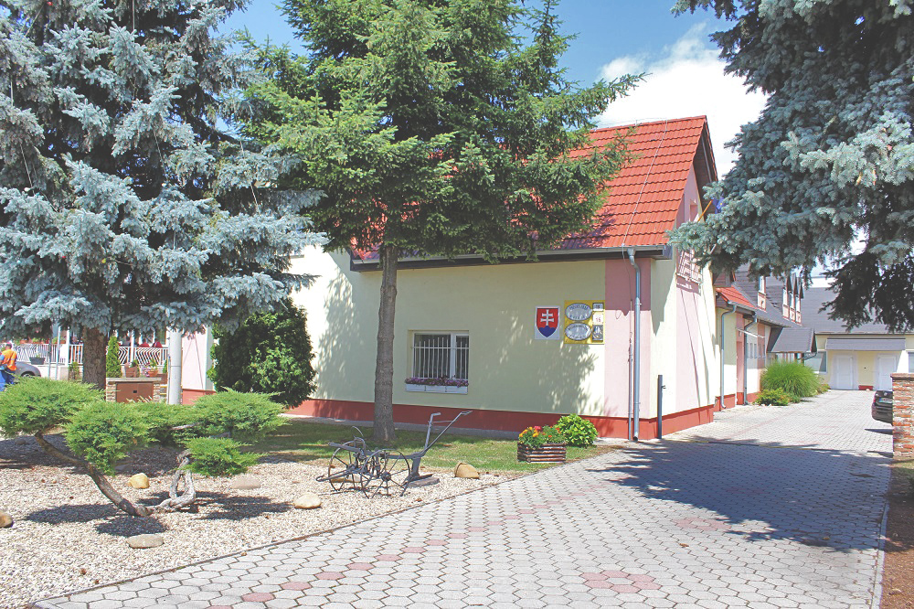 Obecný úrad Horná Seč, pohľad z hlavnej cesty